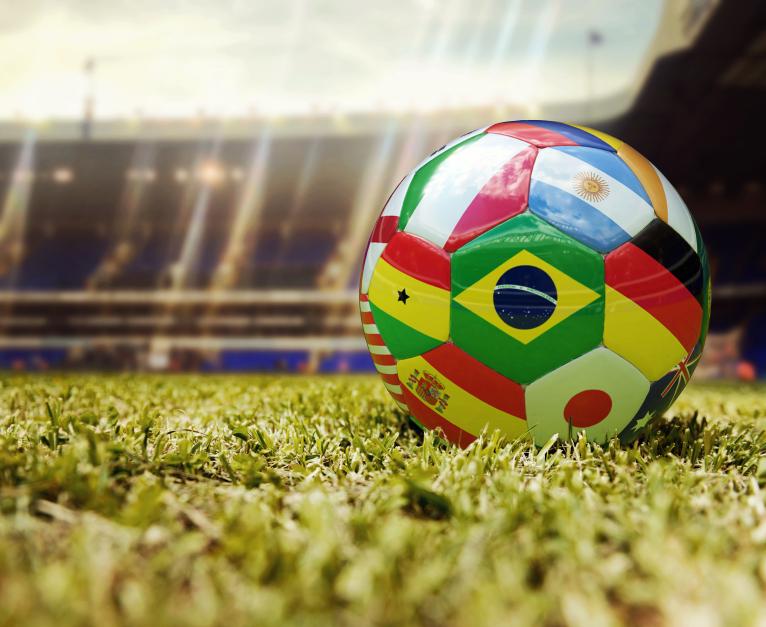 विश्व कप फुटबॉल - अलग देशों के झंडे के साथ फुटबॉल गेंद