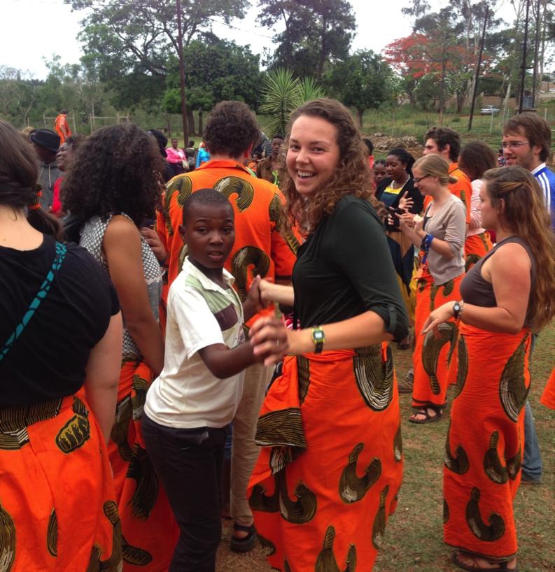 U-M aluna Alexandra Soos é ensinar a química da nona série em Moçambique como voluntário do Corpo de Paz. Crédito da imagem: Alexandra Soos