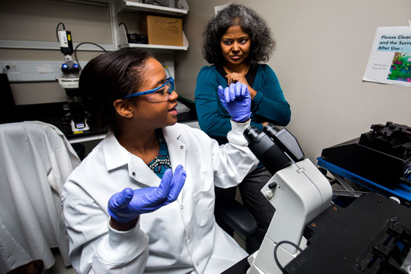 Rhonda Jack, a chemical engineering doctoral student and Sunitha Nagrath, associate professor of chemical engineering, discuss results from a cancer cell detection device. Credit: Joseph Xu