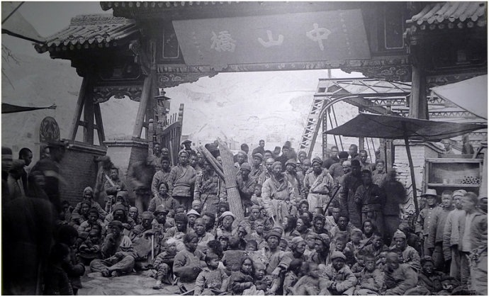 The famine victims of Lanzhou at Zhongshan bridge. Image courtesy: Wikimedia Commons