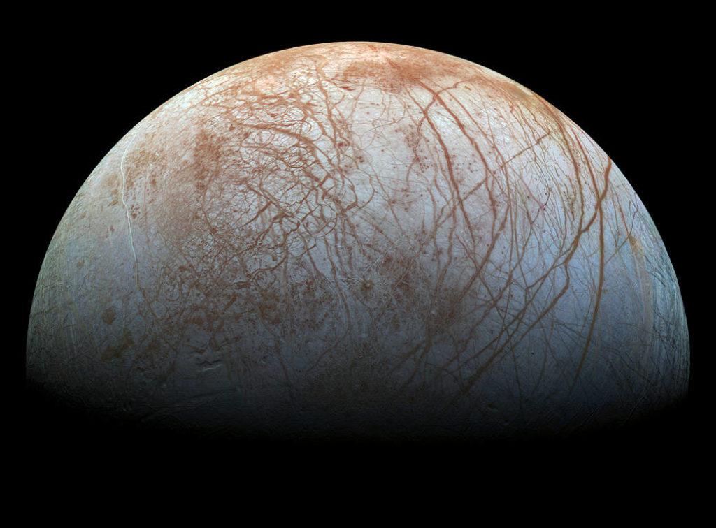 木卫二(Europa)令人费解的表层。图片由伽利略号飞船1990年代末期拍摄,经过最新的色彩处理。