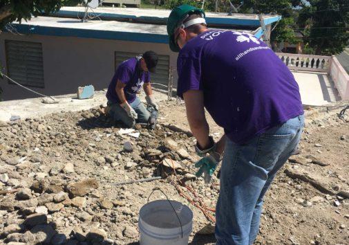 Estudante de MBA Tim Carter e o de graduação da Escola de Negócios Ross, Ka'Marr Coleman-Byrd, trabalham em Porto Rico. Crédito: Wolverine Disaster Relief