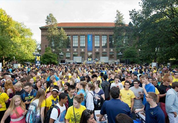 Estudantes da U-M se reúnem no campus central.