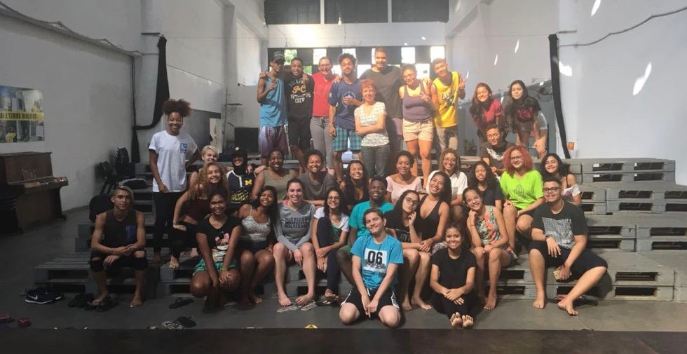As oficinas na Favela da Maré incluem 30 crianças do bairro, facilitadores estudantis da UniRio, da ONG Redes da Maré e estudantes de Michigan. Crédito: PCAP