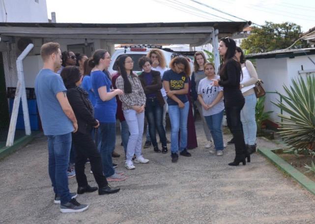 Grupo de estudantes da U-M conversando com diretora (em preto) de prisão feminina, em Florianópolis. Crédito: PCAP