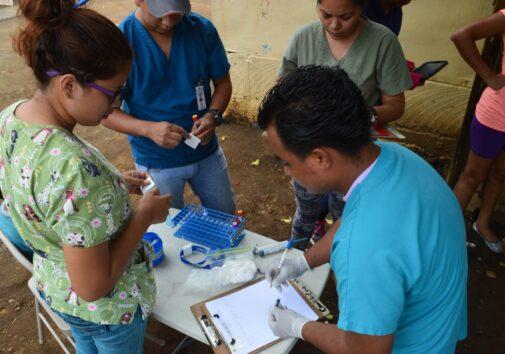 Equipe do estudo coletou amostras no bairro de Manágua, em junho de 2017, de participantes do Estudo de Coorte de Dengue Pediátrica da Nicarágua (PDCS), estabelecido em 2004. Crédito da imagem: Instituto de Ciências Sustentáveis, Paolo Harris Paz.