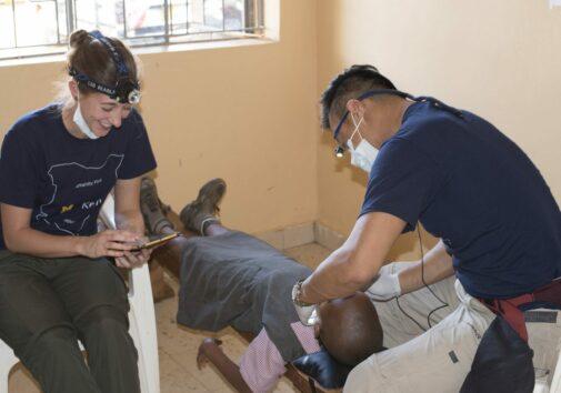 Alunos da Faculdade de Odontologia ensinam higiene bucal básica às crianças e realizam tratamentos odontológicos preventivos, como limpeza, selagem e aplicação de flúor. Crédito de imagem: Iniciativas Globais em Saúde Oral e Craniofacial