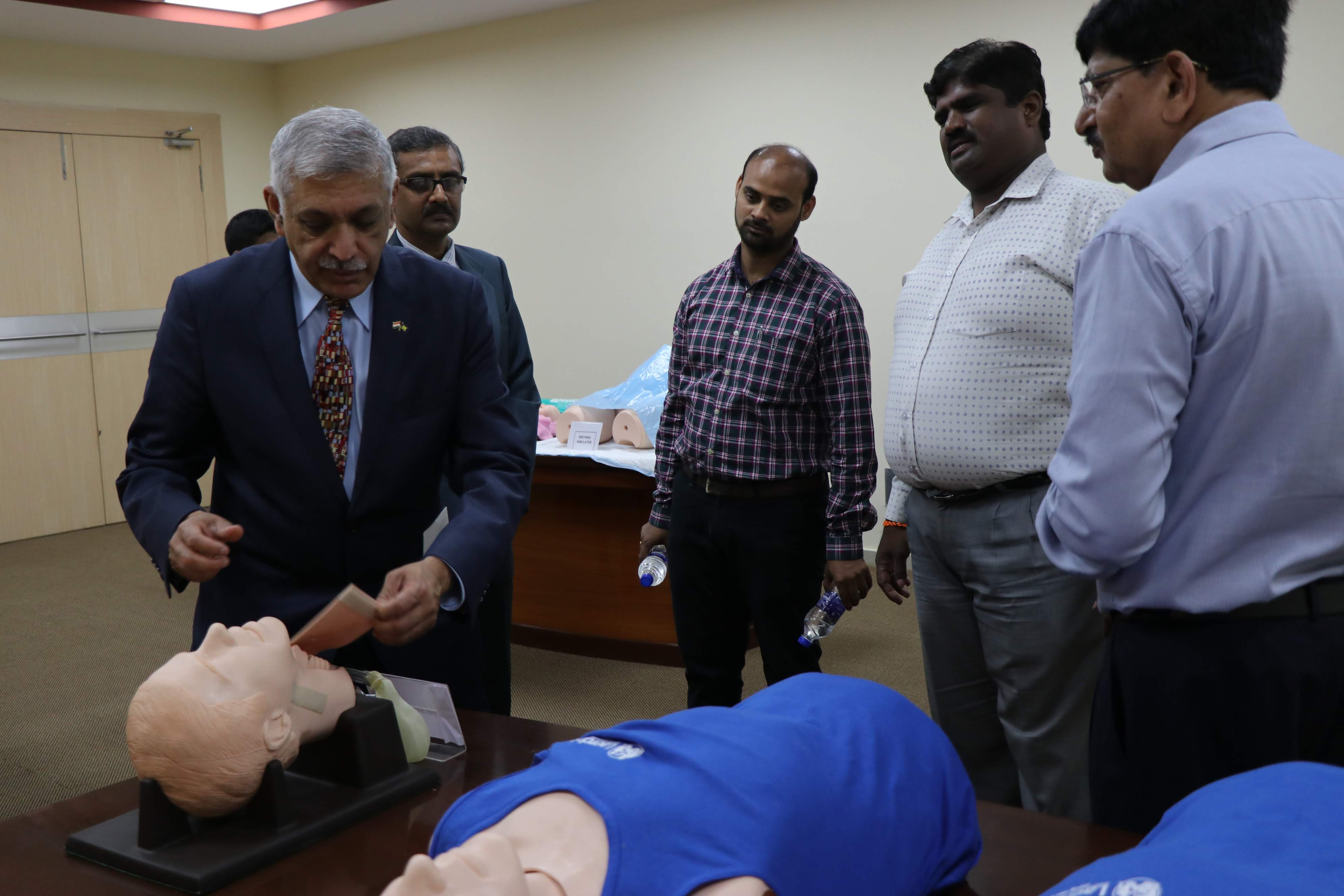 U-M Medical School researcher Krishnan Raghvendran demonstrates a procedure to advanced Emergency medical technicians. Image credit: Krishnan Raghvendran