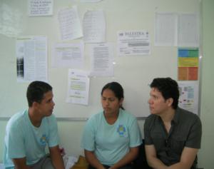 Pinto com agentes comunitários de saúde e paciente no Brasil. Crédito da imagem: Arquivo pessoal