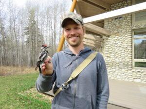 Brian Weeks, biólogo evolutivo y ornitólogo de la Universidad de Michigan, es el primer autor del nuevo artículo en el Journal of Animal Ecology.  Cortesía de imagen: Brian Weeks